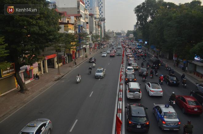 Ảnh: Đường phố Hà Nội nơi thoáng đãng, nơi ùn tắc trong ngày đi làm đầu tiên của năm 2020 - Ảnh 3.