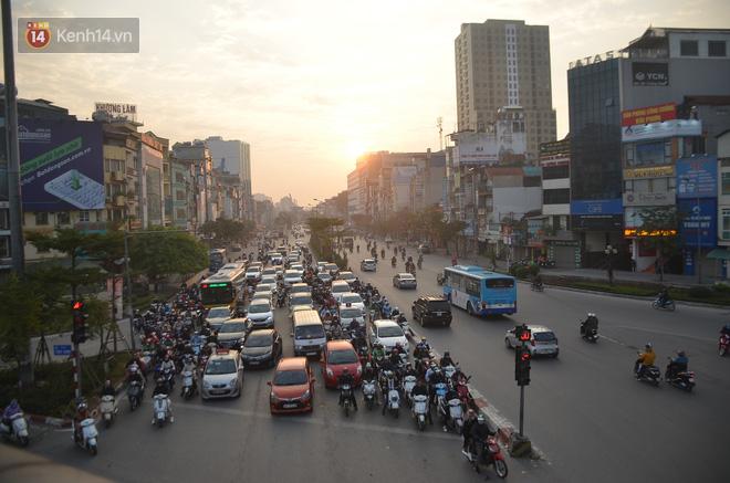Ảnh: Đường phố Hà Nội nơi thoáng đãng, nơi ùn tắc trong ngày đi làm đầu tiên của năm 2020 - Ảnh 5.