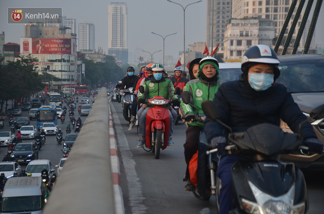 Ảnh: Đường phố Hà Nội nơi thoáng đãng, nơi ùn tắc trong ngày đi làm đầu tiên của năm 2020 - Ảnh 6.