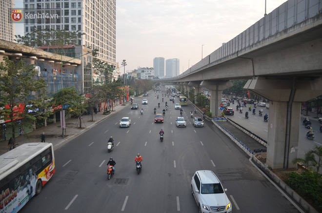 Ảnh: Đường phố Hà Nội nơi thoáng đãng, nơi ùn tắc trong ngày đi làm đầu tiên của năm 2020 - Ảnh 7.