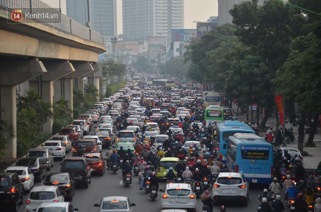 Ảnh: Đường phố Hà Nội nơi thoáng đãng, nơi ùn tắc trong ngày đi làm đầu tiên của năm 2020 - Ảnh 10.