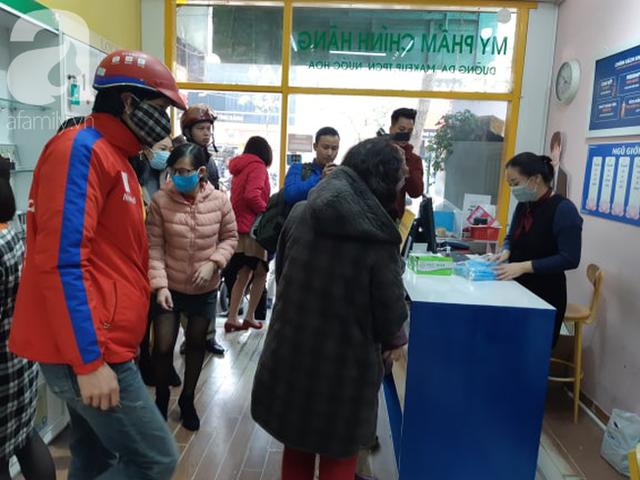 Hà Nội: Ngán ngẩm cảnh tranh giành mua khẩu trang tại chợ thuốc lớn nhất - Ảnh 2.