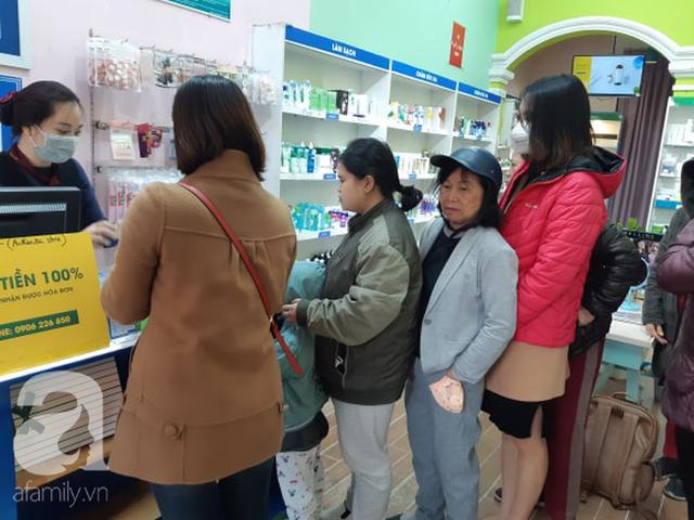 Hà Nội: Ngán ngẩm cảnh tranh giành mua khẩu trang tại chợ thuốc lớn nhất - Ảnh 3.