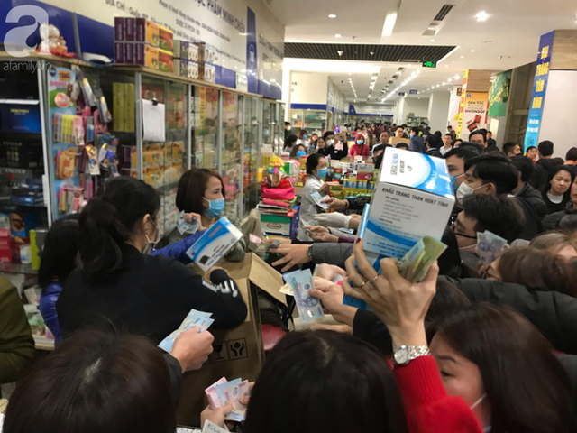 Hà Nội: Ngán ngẩm cảnh tranh giành mua khẩu trang tại chợ thuốc lớn nhất - Ảnh 12.
