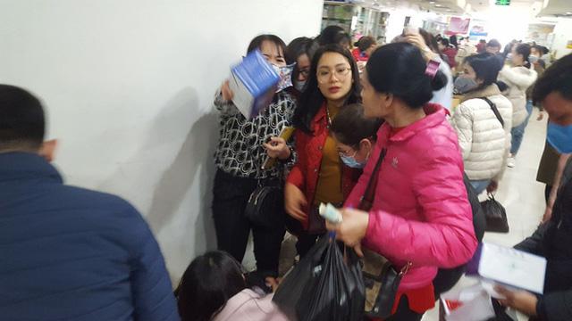 Hà Nội: Ngán ngẩm cảnh tranh giành mua khẩu trang tại chợ thuốc lớn nhất - Ảnh 13.