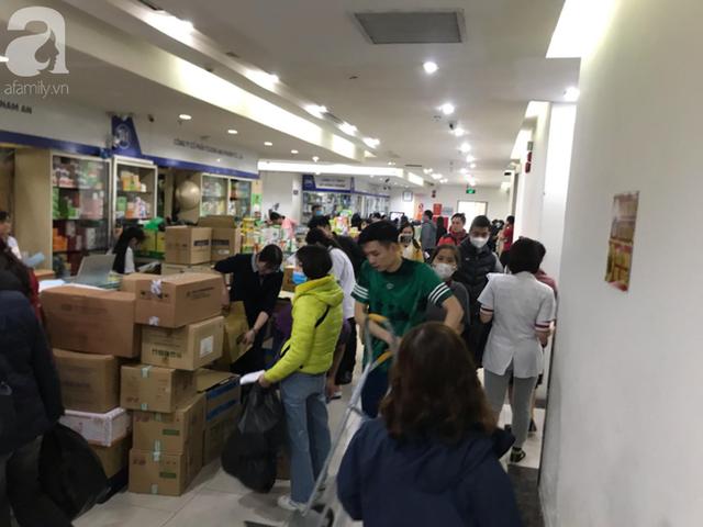 Hà Nội: Ngán ngẩm cảnh tranh giành mua khẩu trang tại chợ thuốc lớn nhất - Ảnh 14.