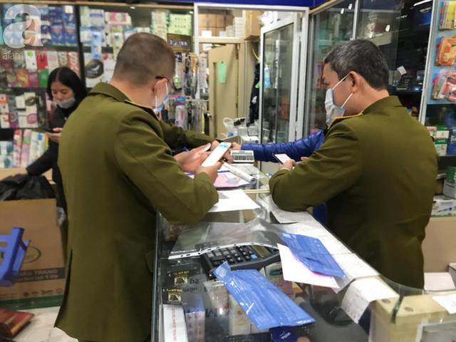 Hà Nội: Ngán ngẩm cảnh tranh giành mua khẩu trang tại chợ thuốc lớn nhất - Ảnh 15.