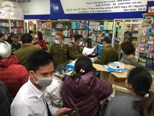 Hà Nội: Ngán ngẩm cảnh tranh giành mua khẩu trang tại chợ thuốc lớn nhất - Ảnh 16.