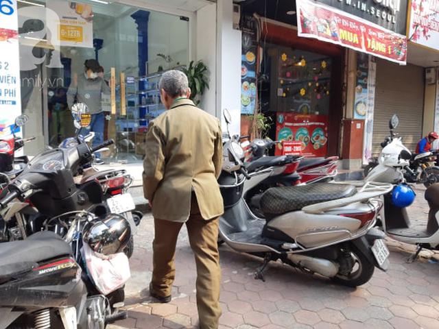 Hà Nội: Ngán ngẩm cảnh tranh giành mua khẩu trang tại chợ thuốc lớn nhất - Ảnh 4.