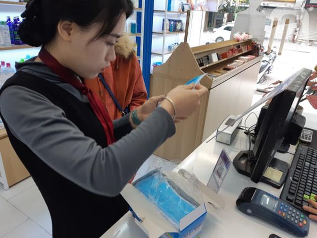 Hà Nội: Ngán ngẩm cảnh tranh giành mua khẩu trang tại chợ thuốc lớn nhất - Ảnh 5.