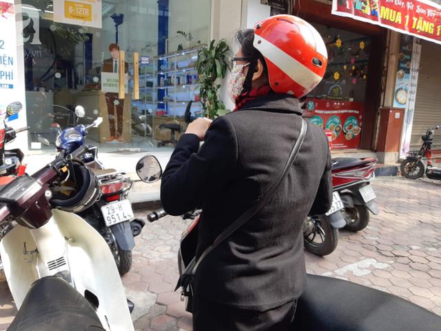 Hà Nội: Ngán ngẩm cảnh tranh giành mua khẩu trang tại chợ thuốc lớn nhất - Ảnh 7.