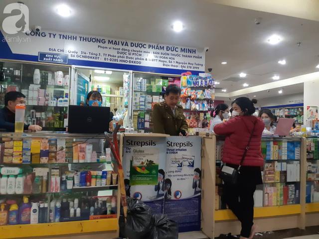 Hà Nội: Ngán ngẩm cảnh tranh giành mua khẩu trang tại chợ thuốc lớn nhất - Ảnh 8.