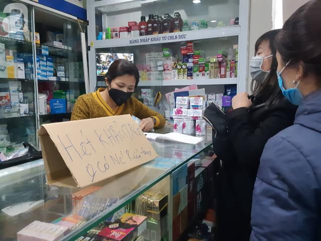 Hà Nội: Ngán ngẩm cảnh tranh giành mua khẩu trang tại chợ thuốc lớn nhất - Ảnh 9.