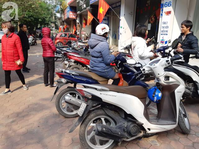 Hà Nội: Ngán ngẩm cảnh tranh giành mua khẩu trang tại chợ thuốc lớn nhất - Ảnh 10.