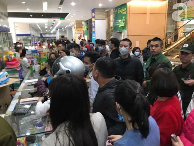 Hà Nội: Ngán ngẩm cảnh tranh giành mua khẩu trang tại chợ thuốc lớn nhất - Ảnh 11.