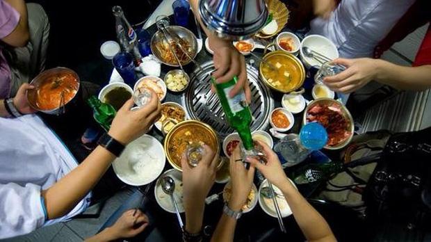 Người Hàn Quốc nổi tiếng ăn nhậu khủng bố hàng đầu châu Á, và đây là cách họ về nhà an toàn sau những chầu say sấp mặt - Ảnh 1.