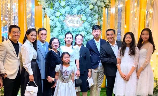 Cùng nhau đi đám cưới, hai con gái nhà MC Quyền Linh gây chú ý vì xinh đẹp lấn át cả cô dâu - Ảnh 1.