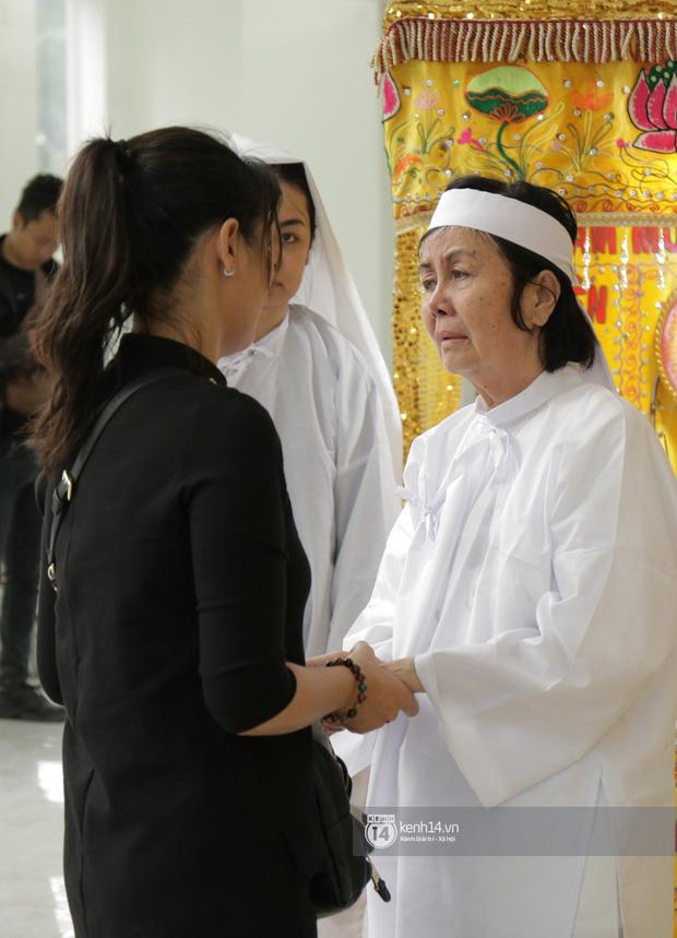 MC Quyền Linh và bạn bè đồng nghiệp có mặt từ sớm tiễn biệt cố nghệ sĩ Nguyễn Chánh Tín - Ảnh 1.
