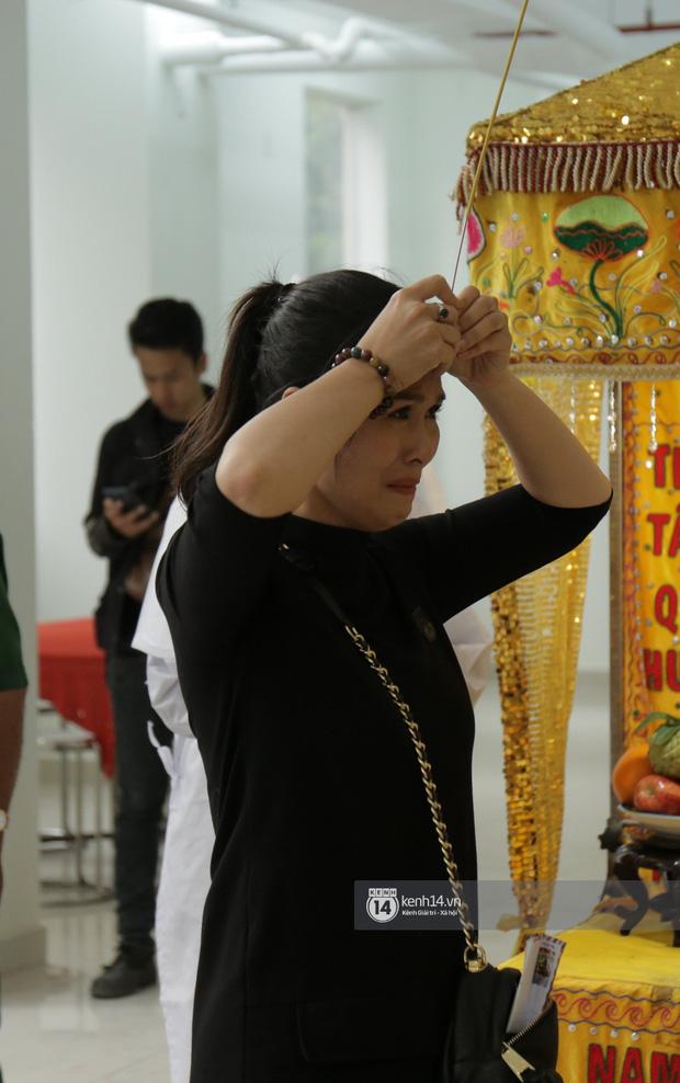 MC Quyền Linh và bạn bè đồng nghiệp có mặt từ sớm tiễn biệt cố nghệ sĩ Nguyễn Chánh Tín - Ảnh 2.