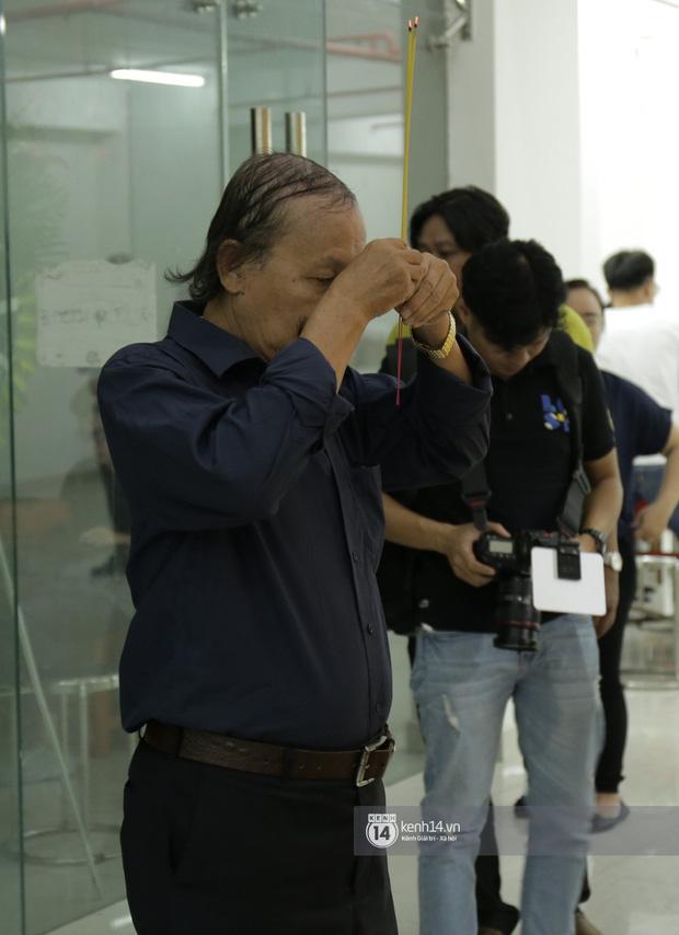 MC Quyền Linh và bạn bè đồng nghiệp có mặt từ sớm tiễn biệt cố nghệ sĩ Nguyễn Chánh Tín - Ảnh 12.
