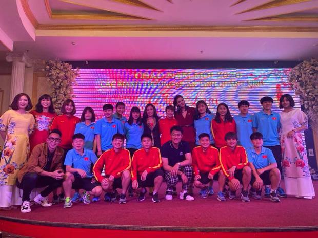 Dàn nữ tuyển thủ đi ăn tiệc, Crush quốc dân Hoàng Thị Loan nổi bần bật với bộ áo dài đụng hàng Ninh Dương Lan Ngọc - Ảnh 4.