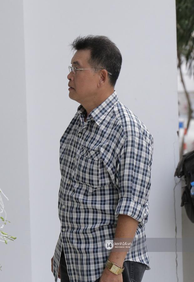 MC Quyền Linh và bạn bè đồng nghiệp có mặt từ sớm tiễn biệt cố nghệ sĩ Nguyễn Chánh Tín - Ảnh 4.