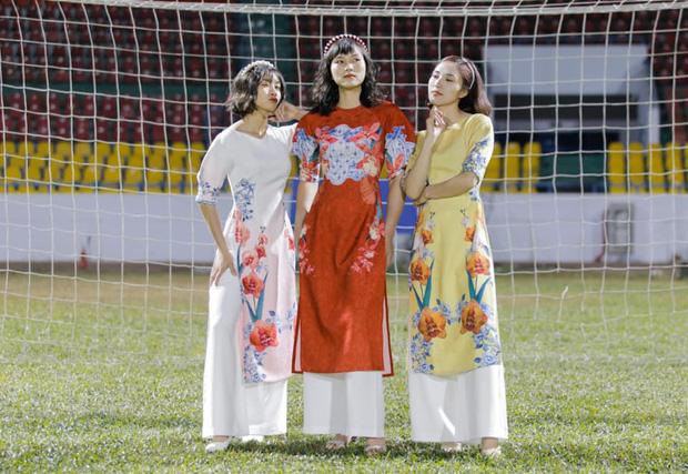 Dàn nữ tuyển thủ đi ăn tiệc, Crush quốc dân Hoàng Thị Loan nổi bần bật với bộ áo dài đụng hàng Ninh Dương Lan Ngọc - Ảnh 6.