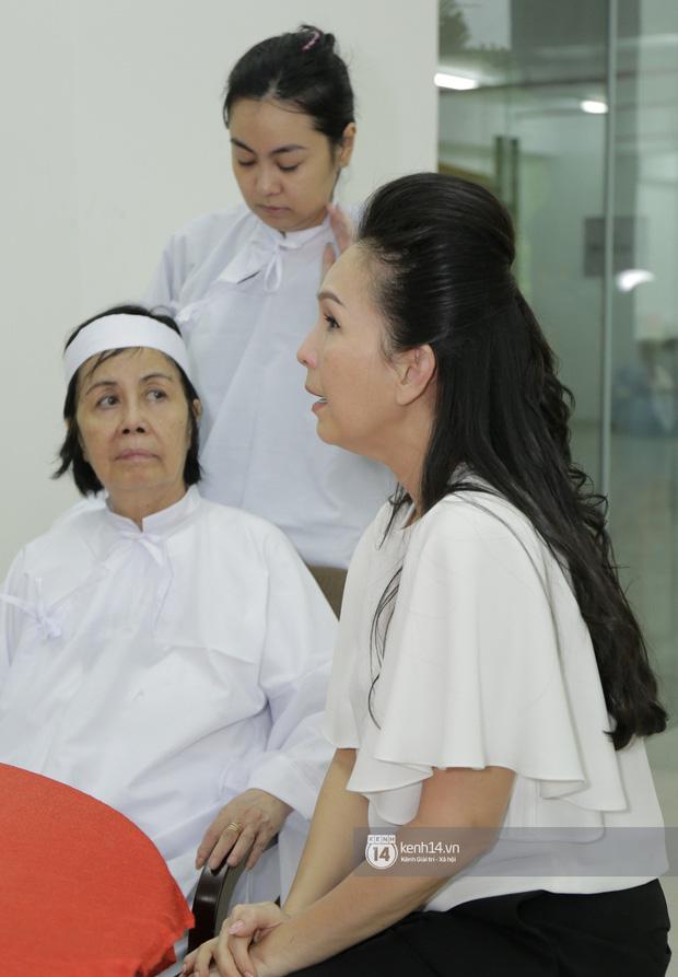 MC Quyền Linh và bạn bè đồng nghiệp có mặt từ sớm tiễn biệt cố nghệ sĩ Nguyễn Chánh Tín - Ảnh 10.
