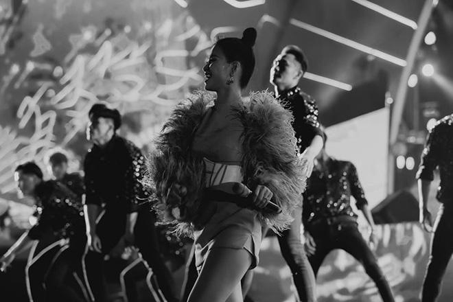 Đông Nhi nhảy cuồng nhiệt khi hát loạt hit đình đám - Ảnh 6.