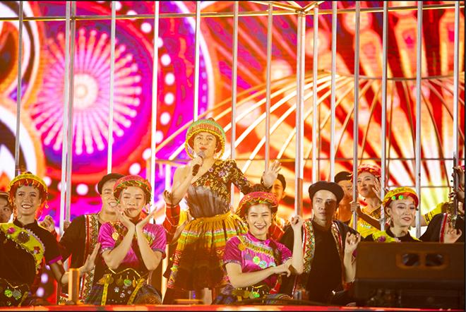 Đông Nhi nhảy cuồng nhiệt khi hát loạt hit đình đám - Ảnh 7.