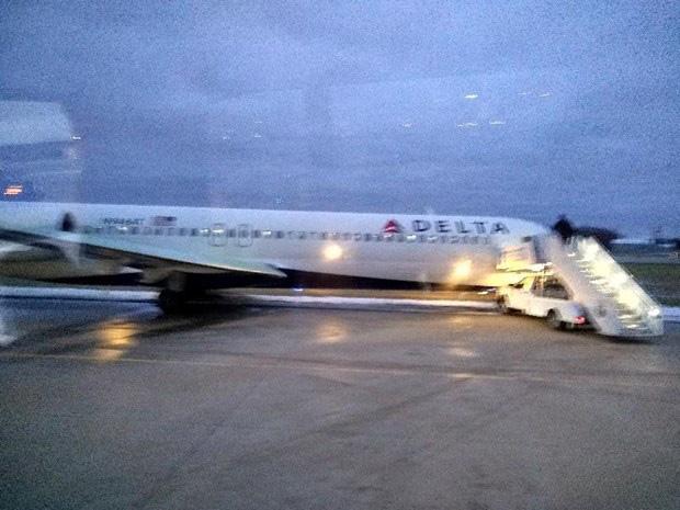 Mỹ: Máy bay chở 107 hành khách bị trượt khỏi đường băng - Ảnh 1.