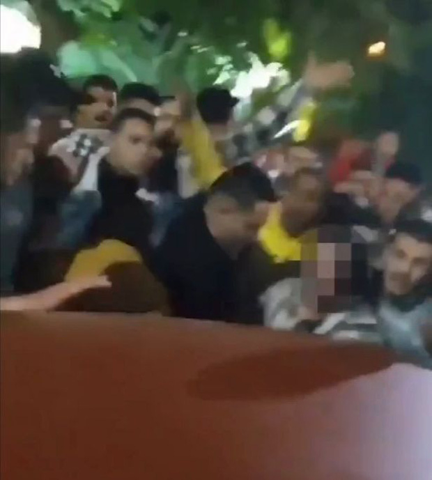Phẫn nộ với hình ảnh đám đông toàn đàn ông tấn công tình dục một người phụ nữ mặc váy ngắn bất chấp tiếng la hét cầu cứu của cô - Ảnh 1.