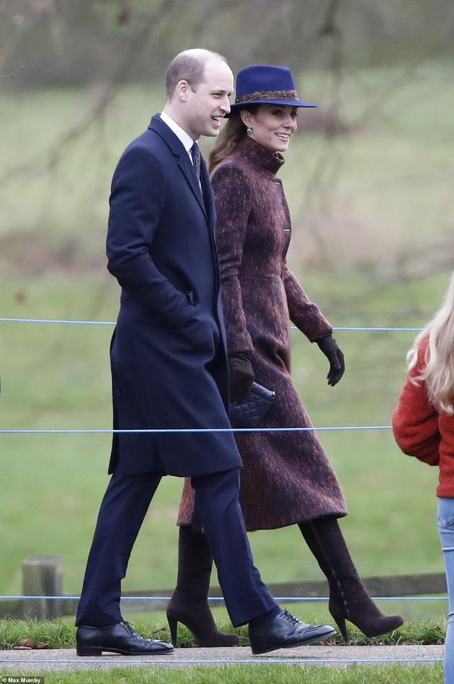 Lần đầu tiên Công nương Kate xuất hiện công khai cùng tình địch sau vụ lùm xùm ngoại tình của chồng, đáng chú ý là vẻ mặt của kẻ thứ 3 - Ảnh 2.