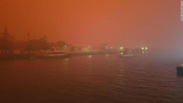 Bầu trời máu đáng sợ xuất hiện, cả thế giới cầu nguyện cho nước Úc - Ảnh 1.