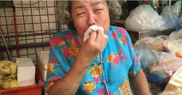 Mẹ Minh Đạo ngất xỉu, liên tục khóc khi nghe tin con trai giết vợ con rồi tự sát, hoàn cảnh gia đình khiến ai cũng xót xa - Ảnh 1.