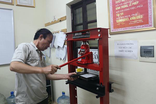 Kiểm tra cửa hàng trên phố Trần Nhật Duật, thu giữ hàng chục BKS giả - Ảnh 2.