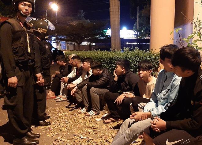 Cảnh sát ngăn chặn kịp thời vụ hỗn chiến, bắt giữ 28 đối tượng - Ảnh 4.