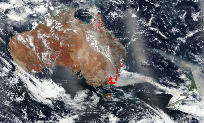 Đại thảm họa cháy rừng Úc nhìn từ không gian: Cả nước như quả cầu lửa, những mảng xanh trù phú bị thay bằng màu khói trắng tang thương - Ảnh 10.