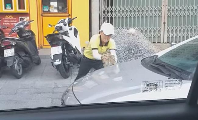 Nhân viên điều hành hãng taxi Tiên Sa đập phá xe của tài xế Grab - Ảnh 2.