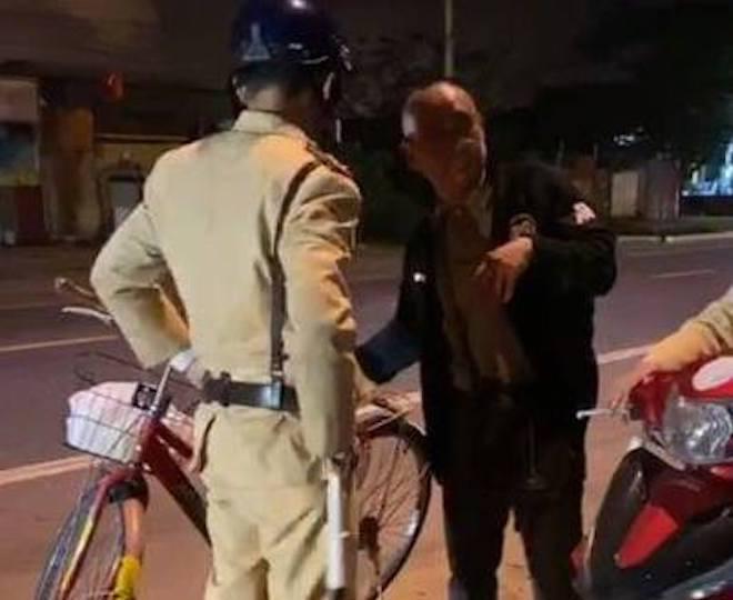 Uống rượu bia rồi đạp xe trên quốc lộ, người đàn ông Trung Quốc bị phạt tiền - Ảnh 1.