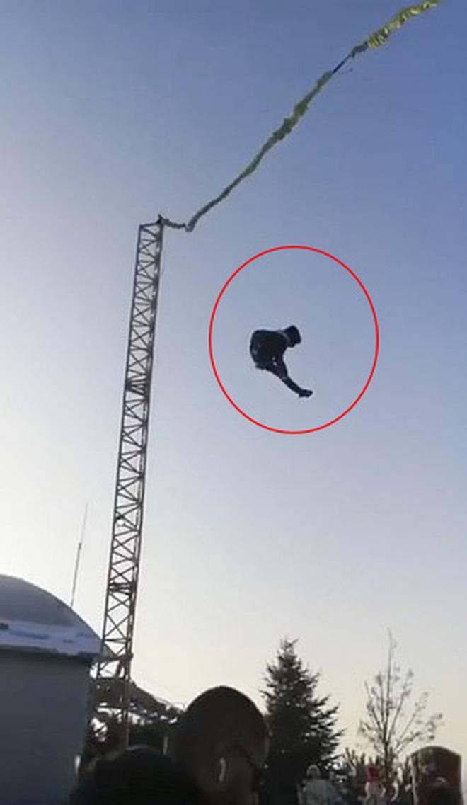 Khoảnh khắc kinh khủng: Chơi trò cảm giác mạnh, cậu bé 13 tuổi rơi từ độ cao 6m xuống đất, bị chấn thương toàn thân - Ảnh 2.