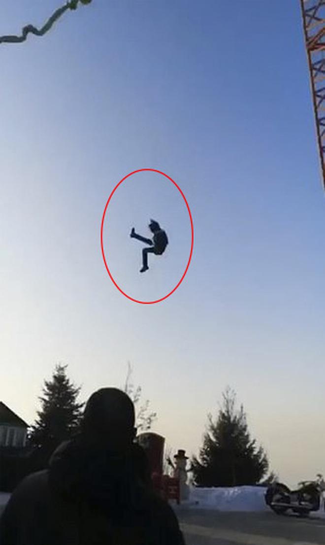 Khoảnh khắc kinh khủng: Chơi trò cảm giác mạnh, cậu bé 13 tuổi rơi từ độ cao 6m xuống đất, bị chấn thương toàn thân - Ảnh 3.