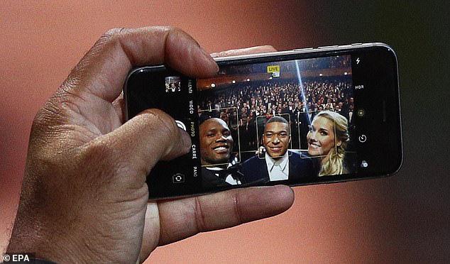 Kiếm hàng trăm tỷ mỗi năm nhưng những siêu sao bóng đá này vẫn dùng smartphone siêu cổ, máy nghe nhạc thời nhà Tống - Ảnh 3.