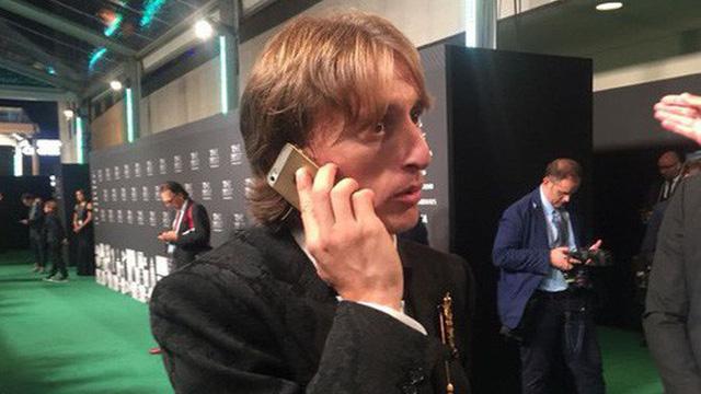 Kiếm hàng trăm tỷ mỗi năm nhưng những siêu sao bóng đá này vẫn dùng smartphone siêu cổ, máy nghe nhạc thời nhà Tống - Ảnh 2.