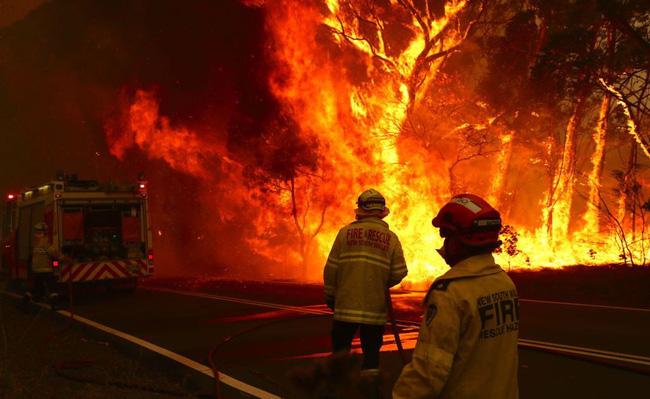 Úc bắt 183 kẻ tình nghi liên quan đến thảm họa cháy rừng, trong đó có 69 trẻ vị thành niên, đáng phẫn nộ nhiều kẻ còn tỏ ra phấn khích tột cùng khi nhìn thấy lửa - Ảnh 1.