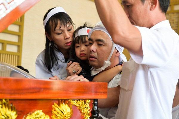 Xót xa hình ảnh con trai nghệ sĩ Chánh Tín về chịu tang cha muộn - Ảnh 1.