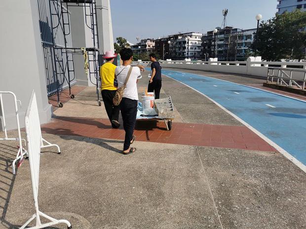 Vết gợn sau đại thắng của U23 Thái Lan: Đội bóng đến muộn vì tắc đường, SVĐ ngổn ngang xô chậu - Ảnh 1.