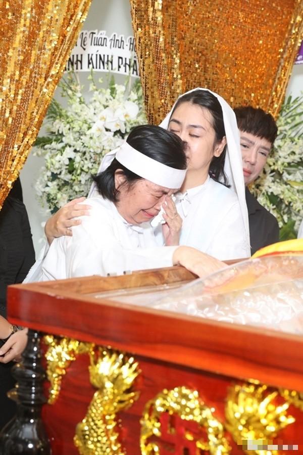 Xót xa hình ảnh con trai nghệ sĩ Chánh Tín về chịu tang cha muộn - Ảnh 3.