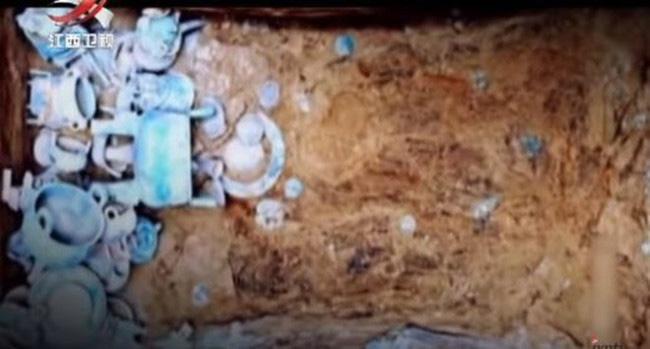 Tượng binh mã và vạc âu được tìm thấy trong mộ cổ.