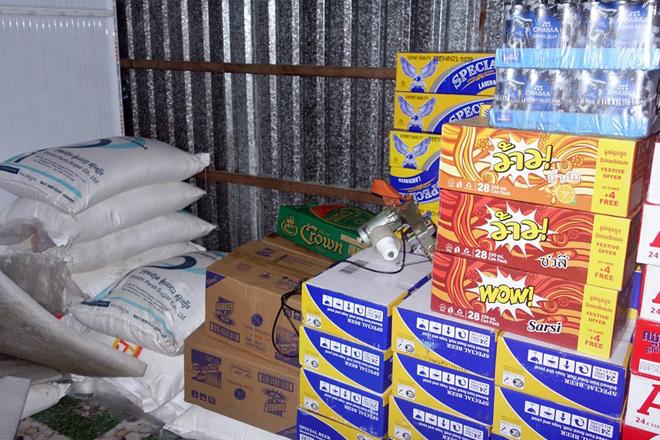 Bắt giữ trên 800 thùng bia và hơn nửa tấn đường nhập lậu - Ảnh 1.